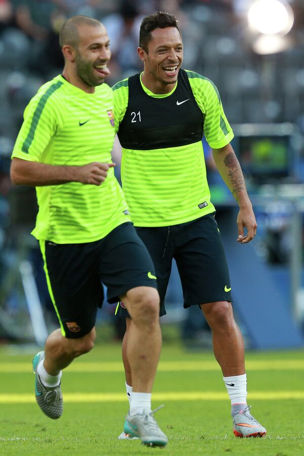 Футболисты Барселоны Хавьер Маскерано и  Адриано Коррея (справа) во время тренировки