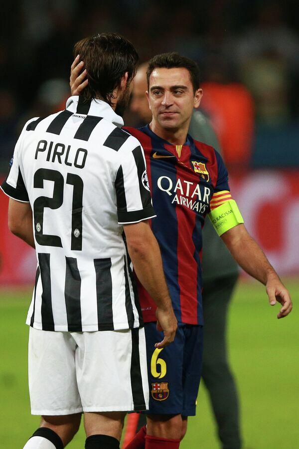 Полузащитник Барселоны Хави (справа) и полузащитник Ювентуса Андреа Пирло