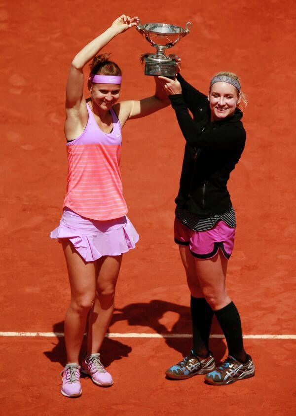 Американка Бетани Маттек-Сандс и чешка Люция Шафаржова (слева направо)