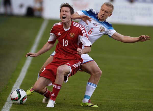 Защитник сборной России Игорь Смольников (справа) и полузащитник сборной Белоруссии Александр Глеб