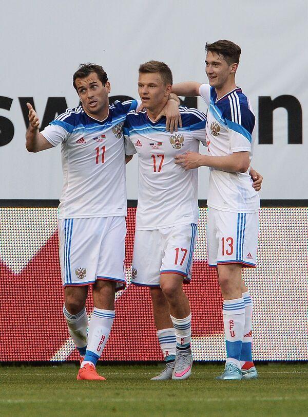 Игроки сборной России Александр Кержаков, Олег Шатов и Алексей Миранчук (слева направо)