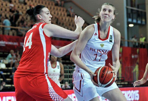 Центровые женской сборной России Наталья Виеру (справа) и женской сборной Хорватии Луца Иванкович