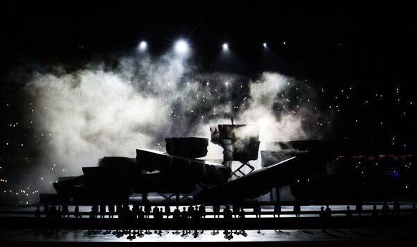 Артисты во время театрализованного представления на церемонии открытия I Европейских игр в Баку