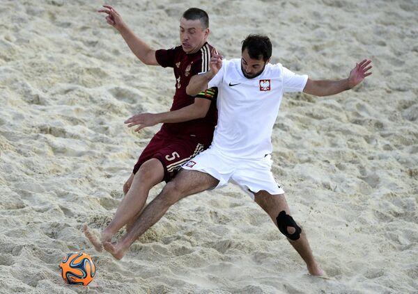 Игрок сборной России по пляжному футболу Юрий Крашенинников (слева) и игрок Польши Даниэль Баран
