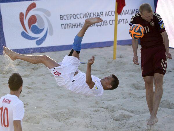 Игрок сборной России по пляжному футболу Алексей Ильинский (справа) и игрок Польши Павел Фришкемут