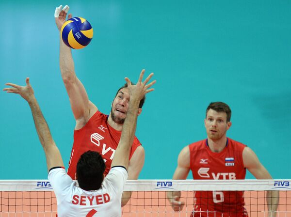 Блокирующий сборной Ирана Сайед Мусави, волейболисты сборной России Андрей Ащев и Евгений Сивожелез (справа)