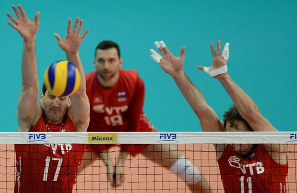 Волейболисты сборной России Максим Михайлов, Андрей Ащев (на первом плане слева направо), Павел Мороз