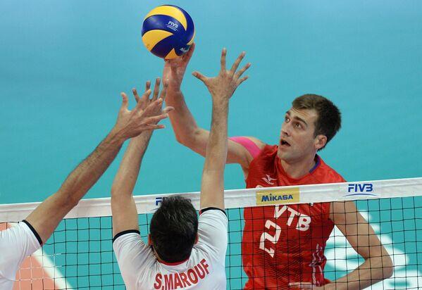 Связующий сборной Ирана Саид Маруф и доигровщик сборной России Денис Бирюков (справа)