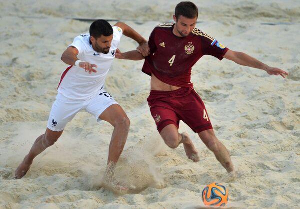 Защитник сборной России Алексей Макаров (справа)