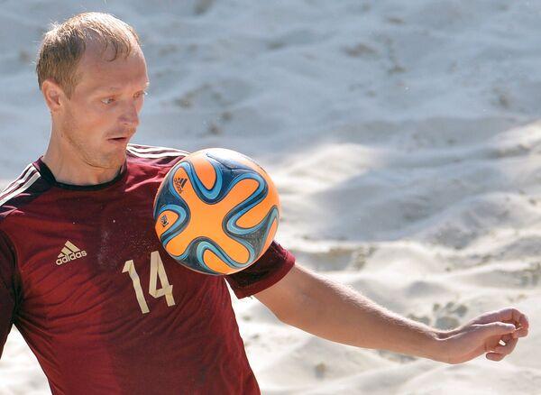 Игрок сборной Анатолий Перемитин в матче этапа Евролиги по пляжному футболу