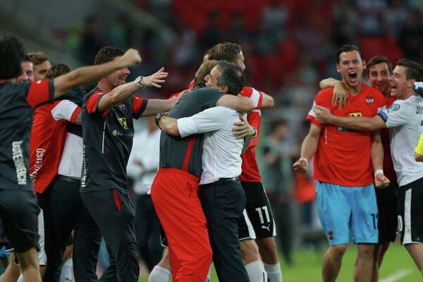 Футболисты и тренерский штаб сборной Австрии радуются победе