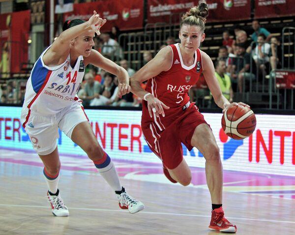 Защитник женской сборной Сербии Ана Дабович (слева) и форвард женской сборной России Евгения Белякова