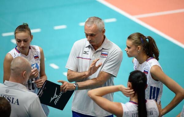 Главный тренер женской сборной России по волейболу Юрий Маричев (в центре)