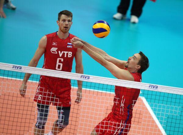 Доигровщики сборной России Евгений Сивожелез (слева) и Сергей Савин