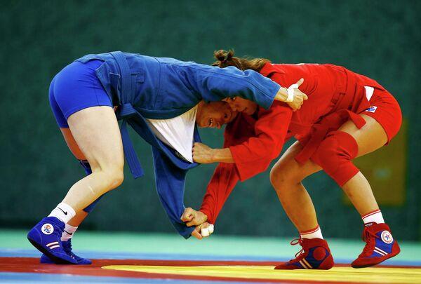 Российская самбистка Яна Костенко (справа) и самбистка сьорной Болгарии Калина Стефанова