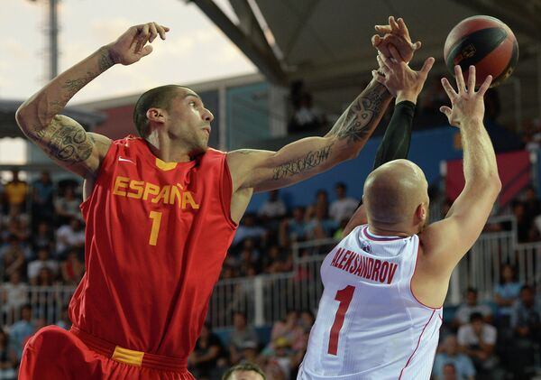 Игрок сборной Испании по баскетболу 3x3 Хосе Игнасио Монзон и игрок сборной России Илья Александров (справа)