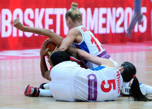 Игровой момент матча чемпионата Европы по баскетболу между женскими сборными Сербии и Белоруссии