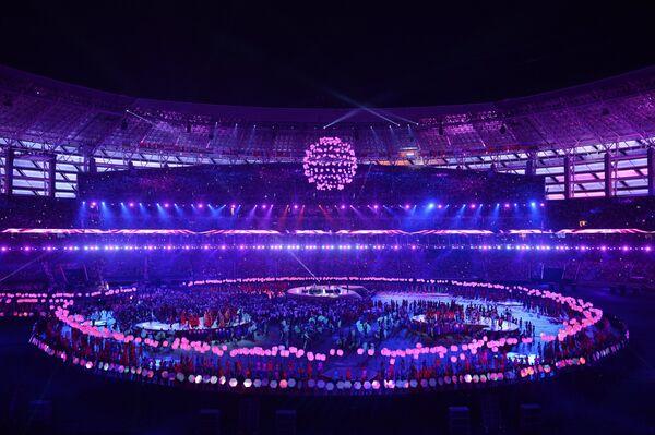 Артисты во время театрализованного представления на церемонии закрытия I Европейских игр в Баку