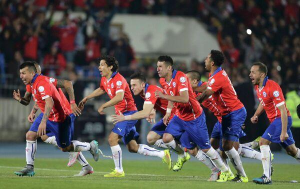 Футболисты сборной Чили радуются победе в финальном матче против сборной Аргентины в Кубке Америки
