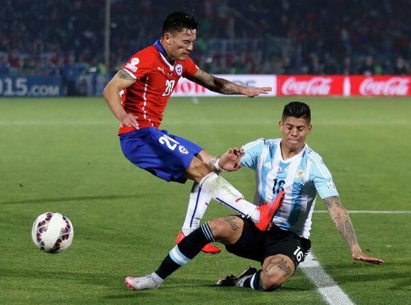 Полузащитник сборной Чили Чарлес Арангис и защитник сборной Аргентины Маркос Рохо (слева направо)