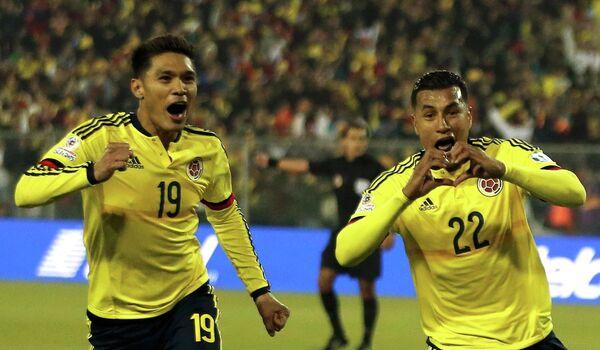 Защитник сборной Колумбии по футболу Хейсон Мурильо (справа)