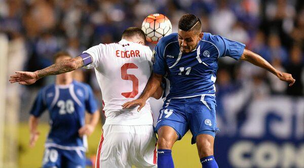 Игровой момент матча между сборными Сальвадора и Канады