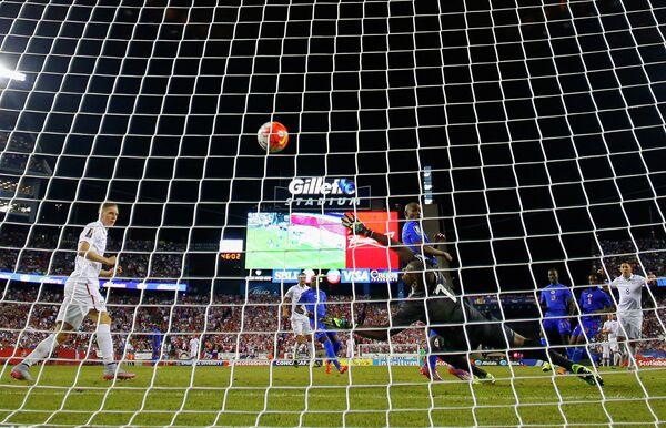 Игровой момент футбольного матча США - Гаити