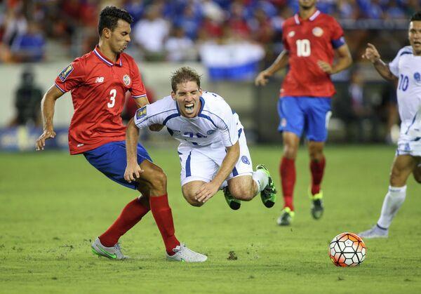 Защитник сборной Коста-Рики по футболу Джанкарло Гонсалес и полузащитник команды Сальвадора Пабло Пуньед (слева направо)