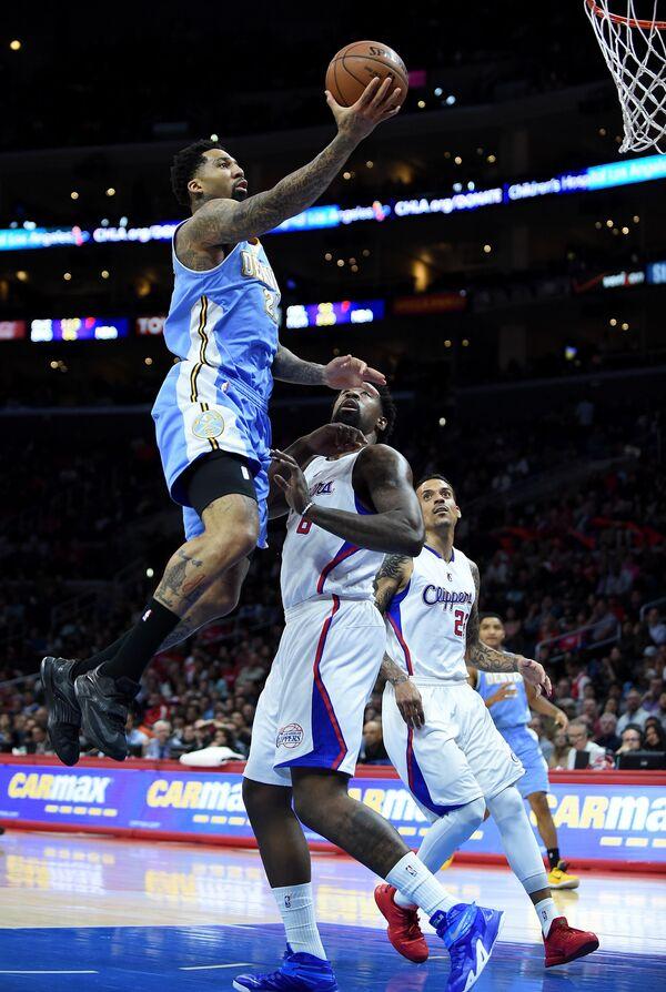 Форвард клуба НБА Денвер Наггетс Уилсон Чендлер (с мячом)