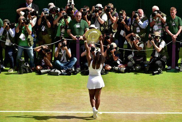 Американская теннисистка Серена Уильямс после победы на Уимблдоне-2015