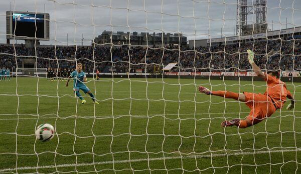 Доменико Кришито (слева) забивает победный гол в матче Суперкубка России по футболу