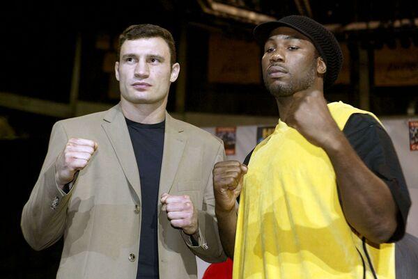 Виталий Кличко (слева) и Леннокс Льюис
