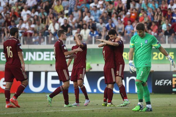 Игроки юношеской сборной России по футболу радуются забитому голу
