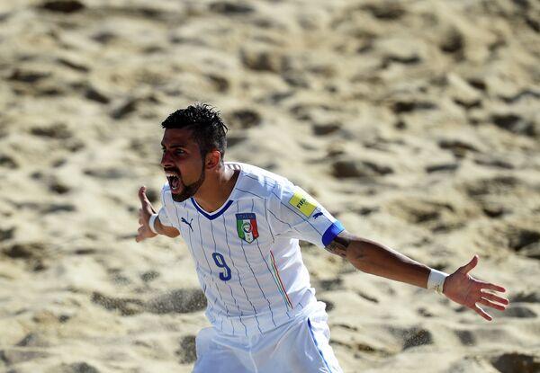 Форвард сборной Италии по пляжному футболу Эммануэле Зурло радуется забитому голу
