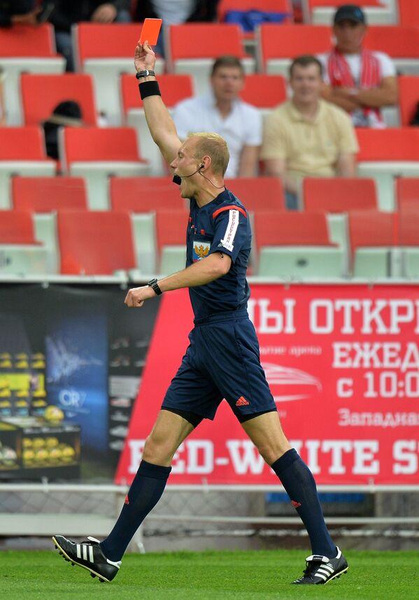 Судья показывает красную карточку полузащитнику ФК Уфа Эммануэль Фримпонгу