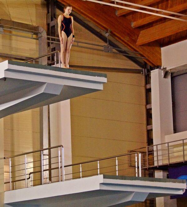 Участница соревнований по прыжкам в воду