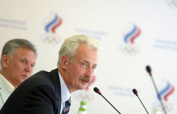 Генеральный секретарь Российской федерации баскетбола Владимир Хлопиков (второй слева)