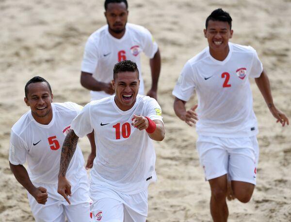 Игроки сборной Таити по пляжному футболу радуются забитому голу