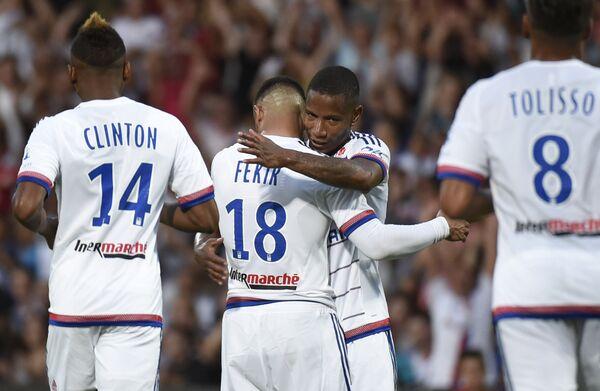 Футболисты Лиона радуются забитому голу