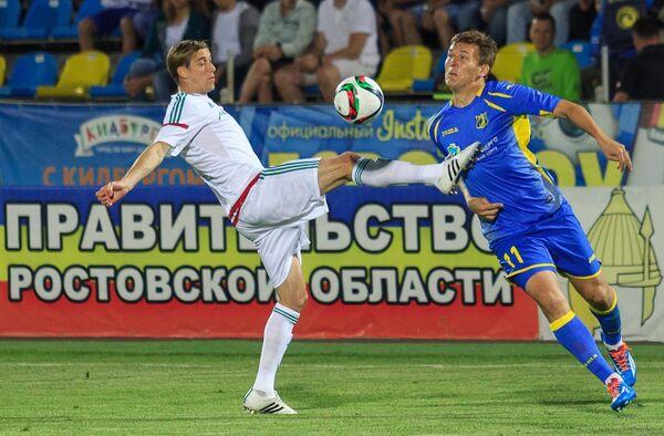 Форвард Ростова Александр Бухаров (справа) и защитник Терека Андрей Семенов