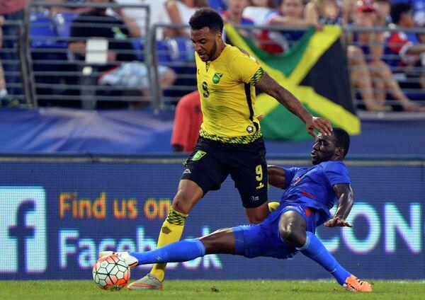 Нападающий сборной Ямайки по футболу Джилс Барнс и защитник сборной Гаити Жан-Марк Александр (слева направо)