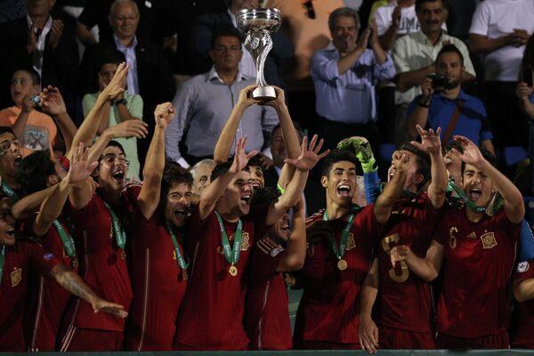 Игроки сборной Испании радуются победе в финальном матче юношеского чемпионата Европы до 19 лет между сборными командами России и Испании