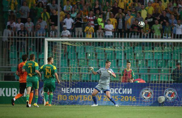 Вратарь Кубани Александр Беленов (справа)