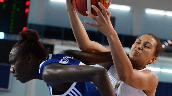 Центровая сборной Франции Катерин Мозенго Маза (слева), форвард сборной России Жосселина Майга