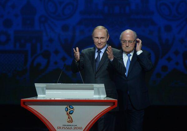 Президент России Владимир Путин (слева) и глава Международной федерации футбола (ФИФА) Йозеф Блаттер