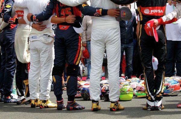 Пилоты во время минуты молчания в честь Жюля Бьянки перед стартом Гран-при Венгрии