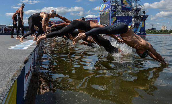 Спортсмены на старте дистанции 10 км на открытой воде среди мужчин на XVI чемпионате мира по водным видам спорта в Казани