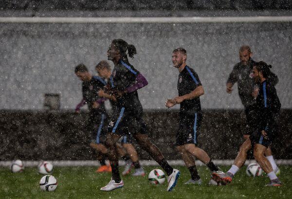 Защитник ФК Спарта (Прага) Коста Нхамойнесу (на первом плане) на тренировке команды