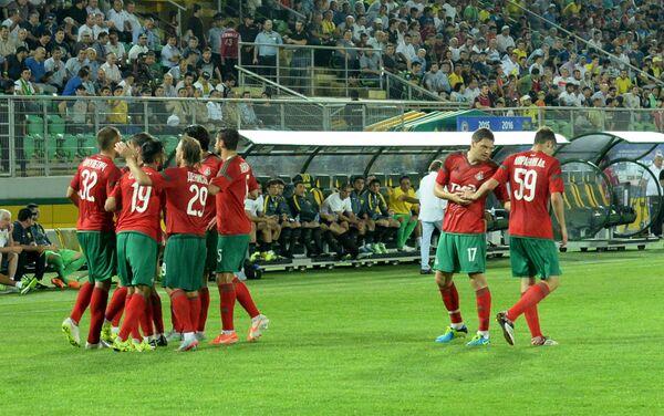 Футболисты московского Локомотива радуются забитому голу в ворота Анжи
