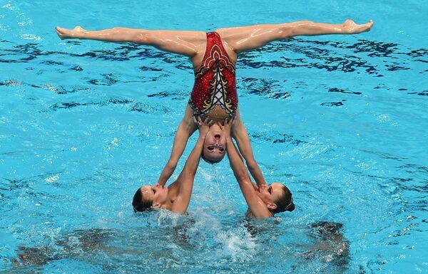 Спортсменки сборной России выступают с произвольной программой в комбинации на соревнованиях по синхронному плаванию
